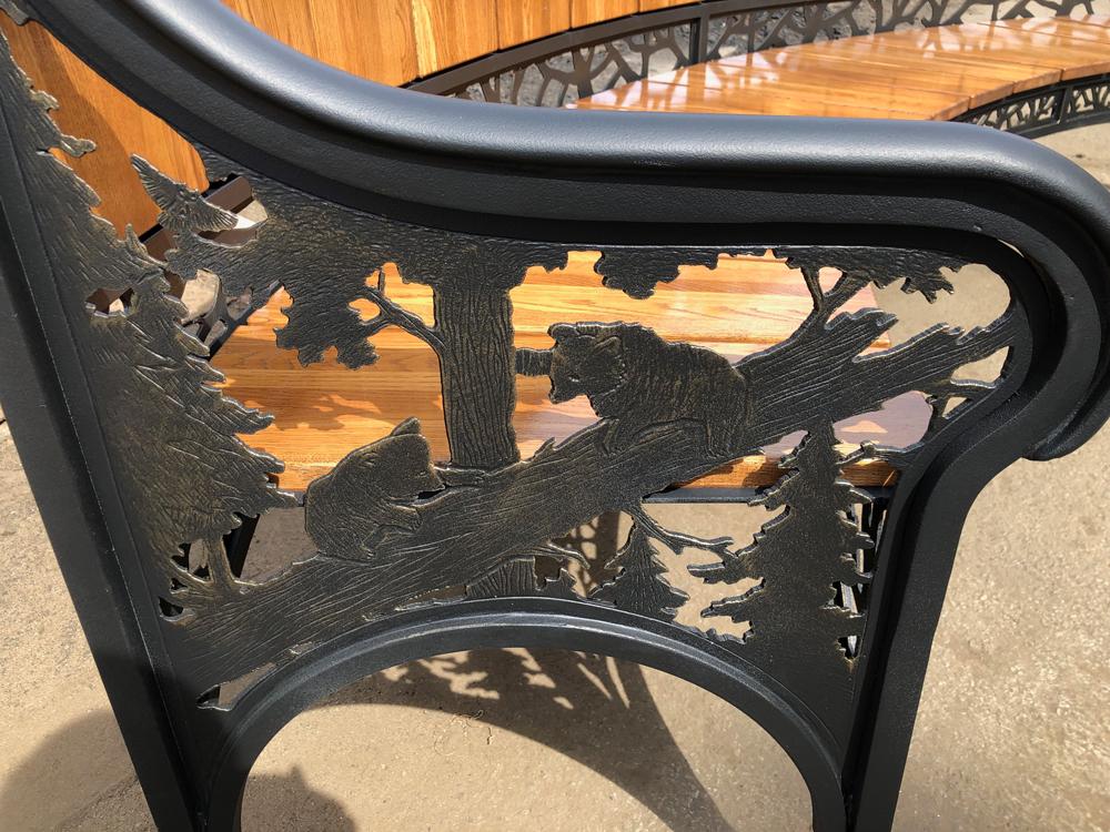 Кованая скамейка с деревом