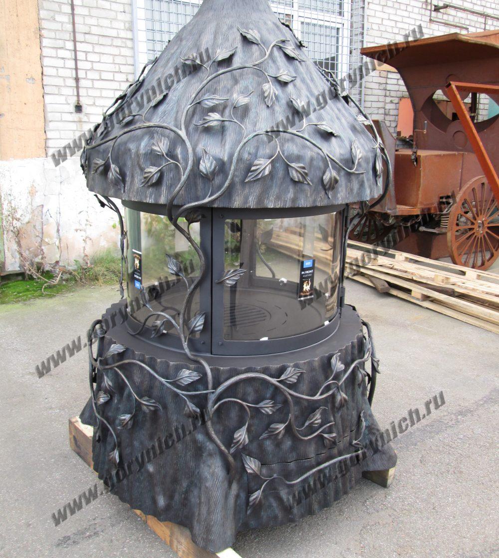 Центральный кованый камин с топочной частью с огнеупорным выпуклым стеклом